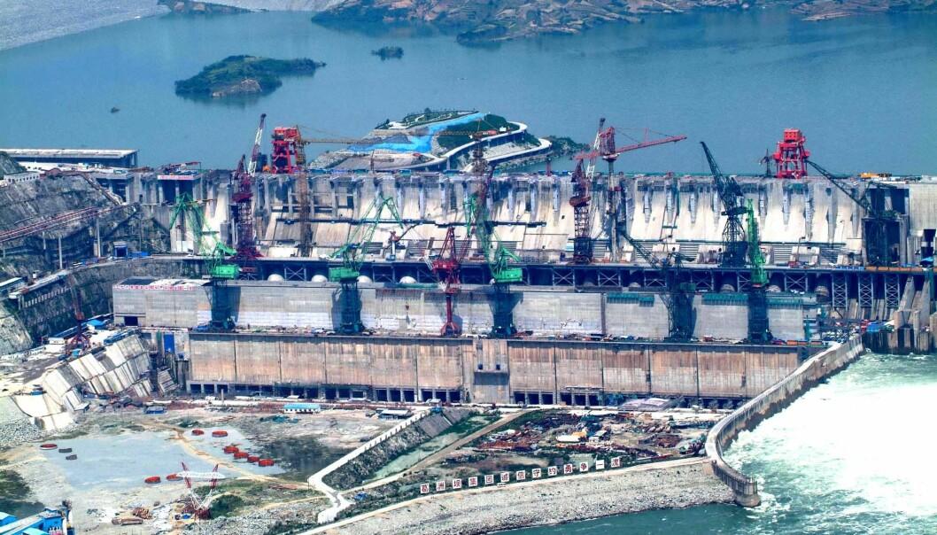 Nå skal kinesiske ingeniører lære om regulering av elver og påvirkningen dette har på miljøet, av norske forskere. Dette bildet er fra Three Gorges Dam i Kina, verdens største vannkraftverk, da det var under oppbygging i 2006. (Foto: AFP / NTB Scanpix)