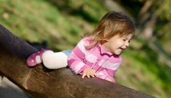 Barn oppsøker gjerne lek som klatring, krasjing og lekeslåssing. Fordelen med leken er at barna lærer av erfaring og tilpasser utfordringene selv, de lærer seg om egne grenser og begrensninger, mener forsker. (Illustrasjonsfoto: Colourbox)