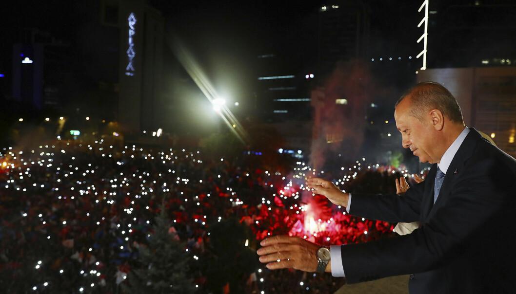 Tyrkias president Recep Tayyip Erdogan erklærer valgseier mandag morgen 25. juni. Både før og etter har det kommet en rekke beskyldninger om valgfusk, angrep på opposisjonen og hindring av valgobservatører. (Foto: AFP / NTB Scanpix)
