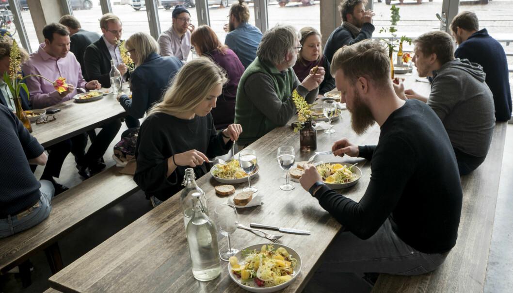 Med tradisjon for varm lunsj fra skoletiden, går mange svensker ut på restauranter og kafeer for å spise lunsjen sin. Her fra Saltimporten i Malmö. (Foto: Ola Petersson)