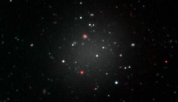 Den ultradiffuse galaksen NGC1052-DF2, etter dataene fra Gemini Multi Object Spectrograph (GMOS) på Hawaii. Flere andre teleskoper, deriblant Hubbleteleskopet, bidro med data som avslørte galaksens svært uvanlige egenskaper.  (Foto: Gemini Observatory/NSF/AURA/Keck/Jen Miller)