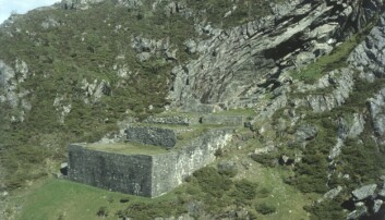 Norges første helgen skal ha dødd i denne hulen på Vestlandet for over 1000 år siden