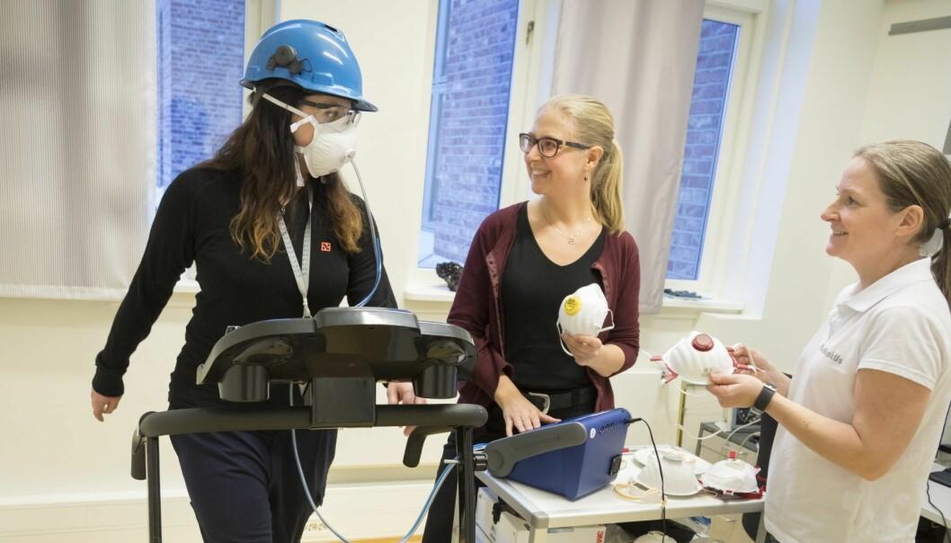 Her prøvekjøres testopplegg som er brukt til utprøving av støvmasker. Yrkeshygieniker Solveig Føreland (til høyre) er ansvarlig for målingene, mens Sintef-forsker Ida Teresia Kero er prosjektleder for det tverrfaglige prosjektet målingene inngår i. Testperson på tredemølla er Ida Eir Lauritzen. (Foto: Thor Nielsen / Sintef)