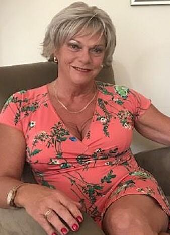 Sexolog Esben Esther Pirelli Benestad har tatt imot rundt 1000 klienter i løpet av de 30 årene hen har praktisert som kliniker. – Det er mulig jeg har noe i mine profesjonelle hyller og kanskje til og med i mine private hyller som kan være til nytte. (Foto: Siw Ellen Jakobsen)