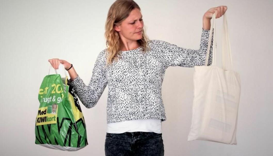 Videnskab.dks journalist Charlotte Price Persson er i tvil: Plast eller stoff?  (Foto: Kristian Secher/videnskab.dk)