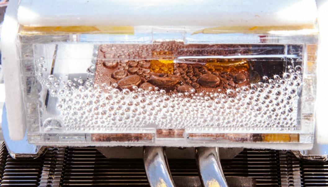 Metall-organiske rammeverk er stoffer med porer som kan suge gasser – blant annet vanndamp. Forskere fra MIT har nå laget en prototyp av et apparat uten bevegelige deler som drives av solenergi eller bioenergi og kan hente ut drikkevann av tørr ørkenluft. (Foto: Massachusetts Instistute of Technology)