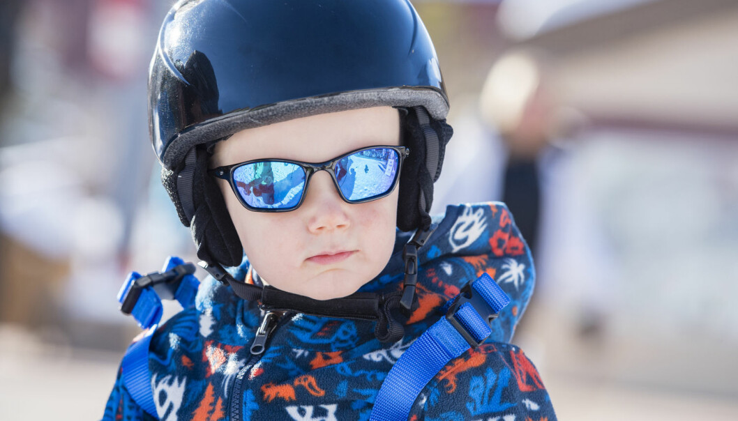 Barns øyne er mer utsatt for UV-stråling fra sola fordi øyelinsene deres ikke er ferdigutvikletog dermed slipper igjennom flere UV-stråler. (Illustrasjonsfoto: Shutterstock / NTB Scanpix)