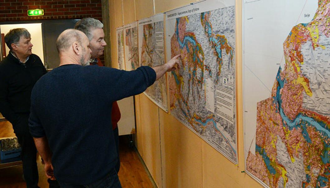 Forsker og prosjektleder Dag Ottesen fra NGU viser fram de nye kartene til mulige brukere: Nils Myklebust i fiskerinæringen og Nils-Roar Hareide i Runde Miljøsenter.    (Foto: Gudmund Løvø)