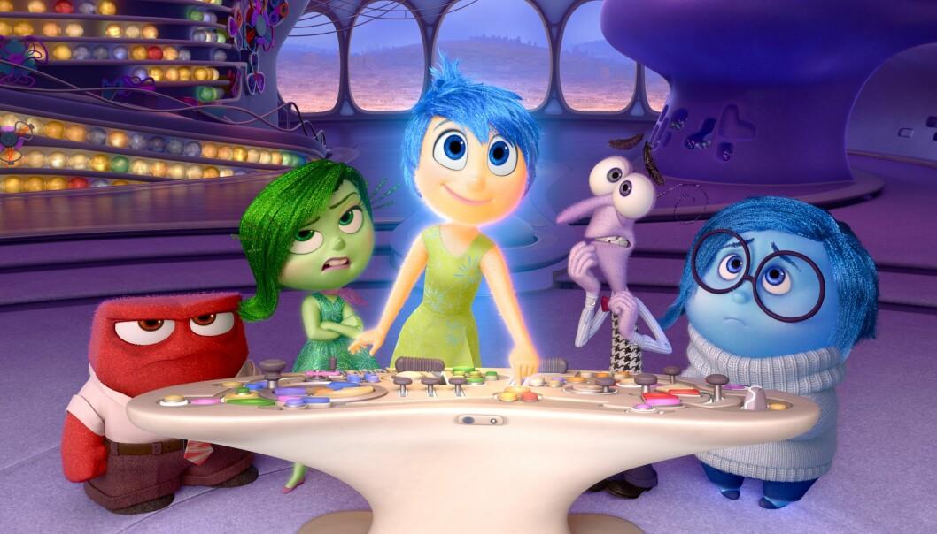 Mentalisering handler om innsikt i både eget og andres sinn, og konseptet har nådd kinolerretet. Skaperne av animasjonsfilmen «Innsiden ut» tar det bokstavelig når de zoomer inn og lar oss titte inn i hodet til elleve år gamle Riley. Der jobber fem figurer som hver representerer en følelse: fra venstre sinne, avsky, glede, frykt og sorg. Sammen styrer de skuta hjernen. (Foto: Disney Pixar 2014)