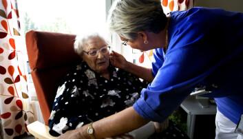 Eldre kvinne på velferdsenter får omsorg fra en av de ansatte. Hvis sykepleiere ikke tar seg tid til å gi god pleie til enkeltpasienter, kan vi miste denne verdien, argumenterer forsker. (Foto: Gorm Kallestad)