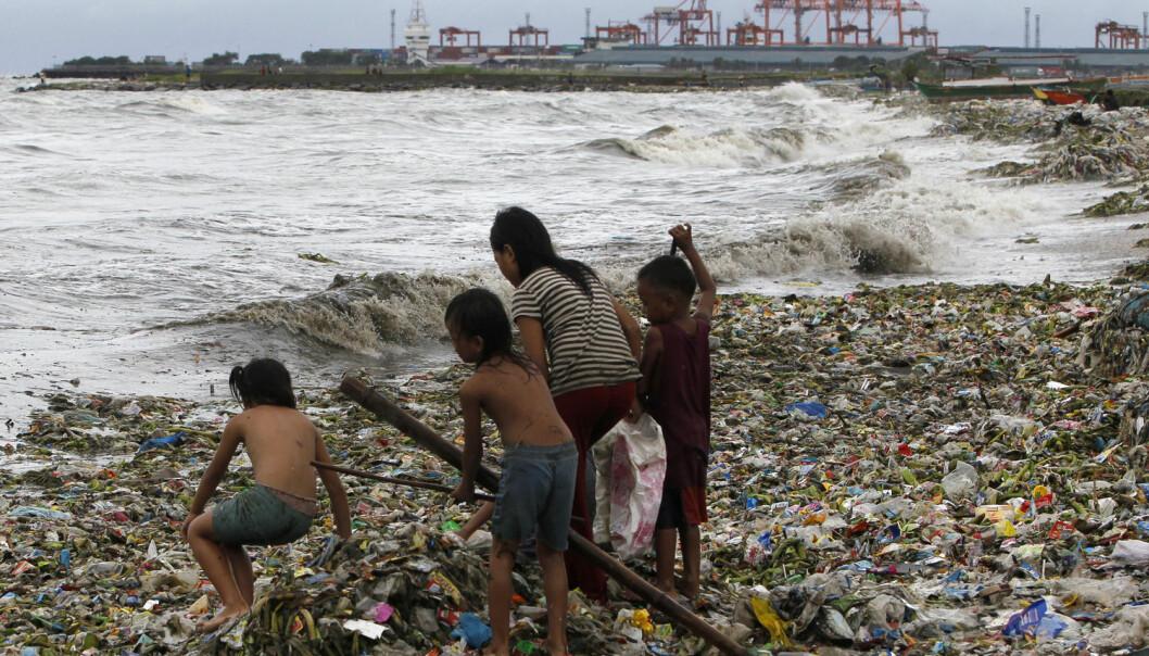 Barn leter gjennom plastsøppel i Manila etter en storm i 2013.  (Illustrasjonsfoto: REUTERS/Romeo Ranoco/NTB Scanpix)