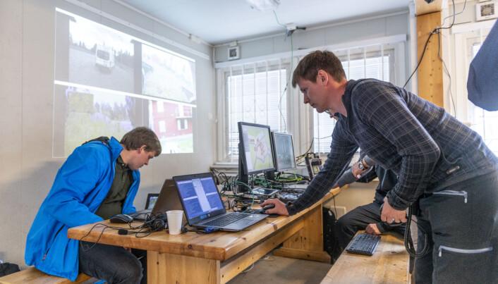 Inne i brakka på Rena. Forskerne ser UGV-enes innbyrdes posisjoner på skjermen, de har videooverføring fra enhetenes kameraer og styrer det hele fra et par kontrollenheter. (Foto: Christian Tandberg / FFI)