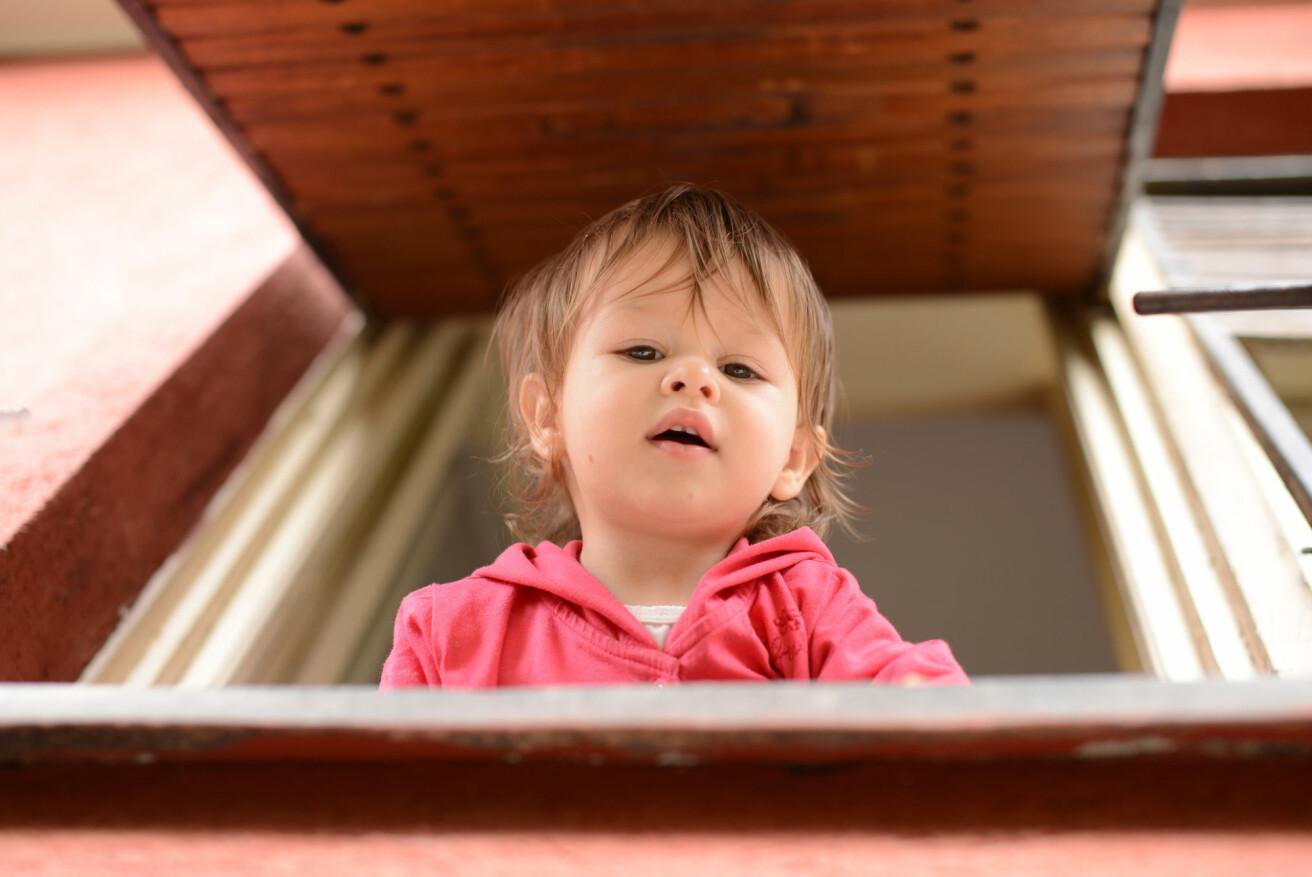 Når vinduene er i barnehøyde, kan små barn følge med på det som skjer utenfor barnehagebygget. (Illustrasjonsfoto: Predrag Popovski / Shutterstock / NTB scanpix)