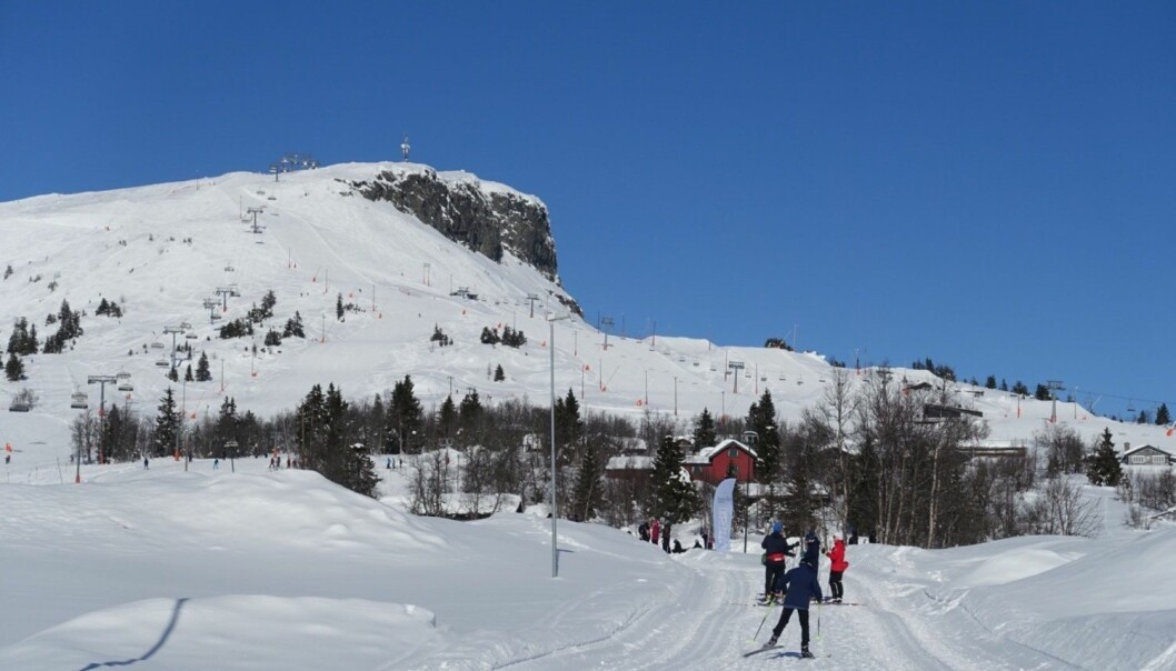 Skigåere koste seg i sola på Skeikampen i Oppland forrige lørdag. I framtiden kan det imidlertid bli mye mindre snø mange steder i landet, og snøgrensen vil i snitt stige med 200 til 400 meter, fastslår forskere fra NVE. (Foto: Marianne Løvland, NTB scanpix)