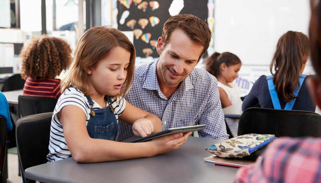 – Det er skolens oppgave å utjevne forskjellene for å unngå et digitalt klasseskille, sier forsker. Men for at lærere skal få til det, må de som underviser ved lærerutdanningene går foran som gode forbilder. (Illustrasjonsfoto: Monkey Business Images / Shutterstock / NTB scanpix)