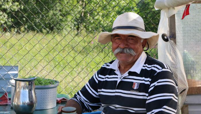 Sohrab Salimi blir varm i stemma når han fortel kva hagen betyr for han sjølv, kona Sarina og dei andre parsellbøndene. Sarina og han har hatt parsellen sin i seks år. (Foto: Kjersti Kildahl)