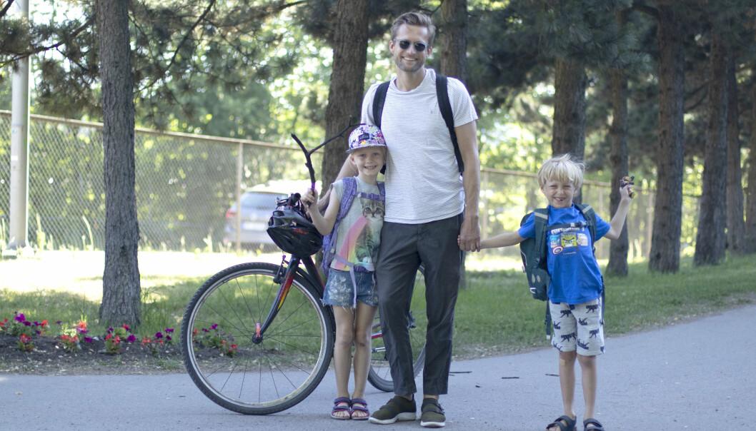 Ole Gullvåg og barna Johanne og Emrik foretrekker gravlunden som jobb- og skolevei framfor å gå langs bilveien. (Foto: Tove Rømo Grande)