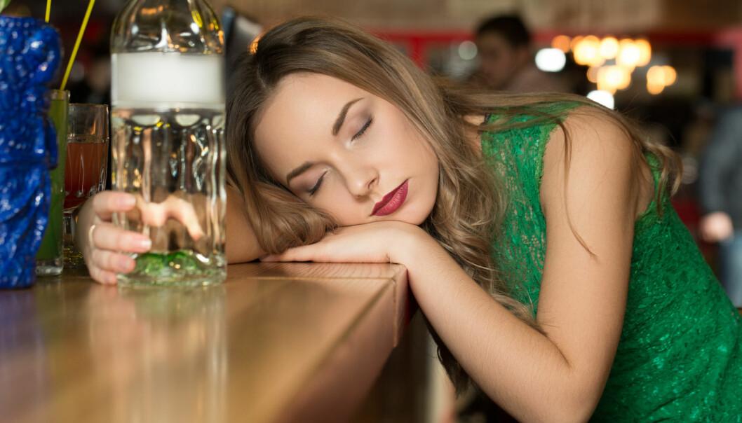 Karoline blir alltid fullere hvis hun drar på byen når hun har menstruasjon. Finnes det en vitenskapelig forklaring?  (Foto: Nestor Rizhniak, Shutterstock, NTB scanpix)