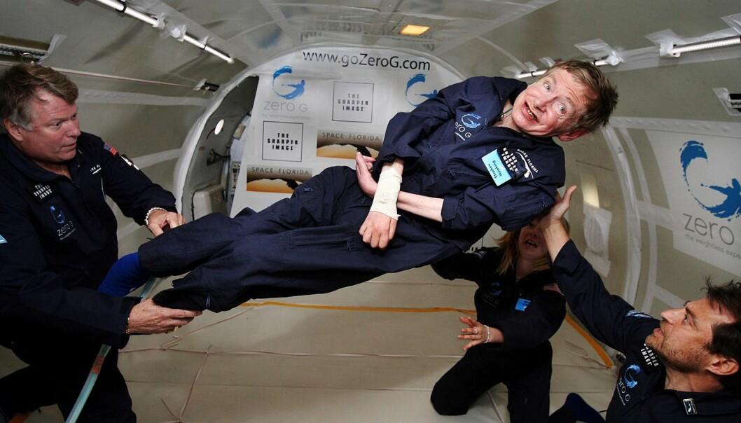Tid var en viktig bestanddel i Hawkings forskning. Han snakket om realtid, den tid vi mennesker oppfatter, og imaginær tid, som er en av universets faktiske dimensjoner. Her er Hawking i vektløs tilstand i 2007. (Foto: Jim Campbell, Aero-News Network, Wikimedia Commons)