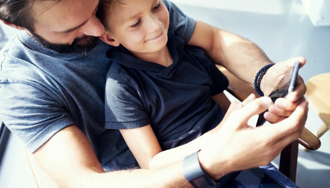 Foreldre burde spille sammen med barna sine, oppfordrer forsker. Da får de bedre oversikt over både hva barna spiller og hvem de spiller med. (Illustrasjonsfoto: Shutterstock / NTB Scanpix)