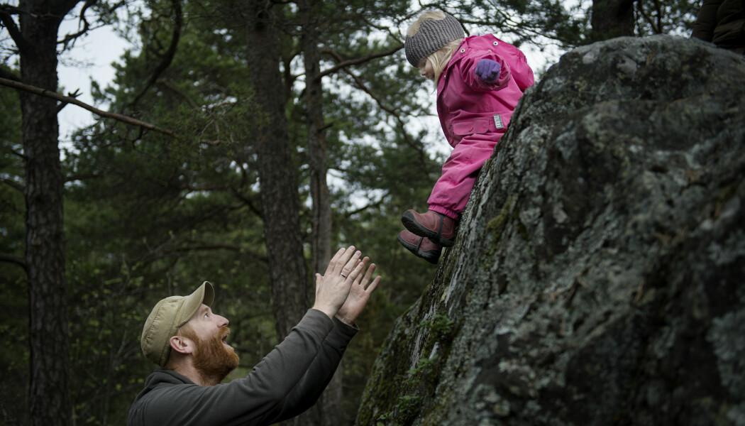 – Hold det enkelt, vær tilstede og la barna få tid til å utforske, er forskerens råd for friluftsliv med barn. (Foto: Benjamin A. Ward, OsloMet)