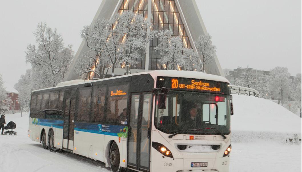 En av bybussene i Tromsø kjører forbi Ishavskatedralen. På grunn av svingende temperaturer og bratte bakker er det mange biler i Tromsø som bruker piggdekk. Det gjør byen til et interessant sted å måle luftforurensning på nye måter, ifølge Norut-forskere. (Foto: Nobina)