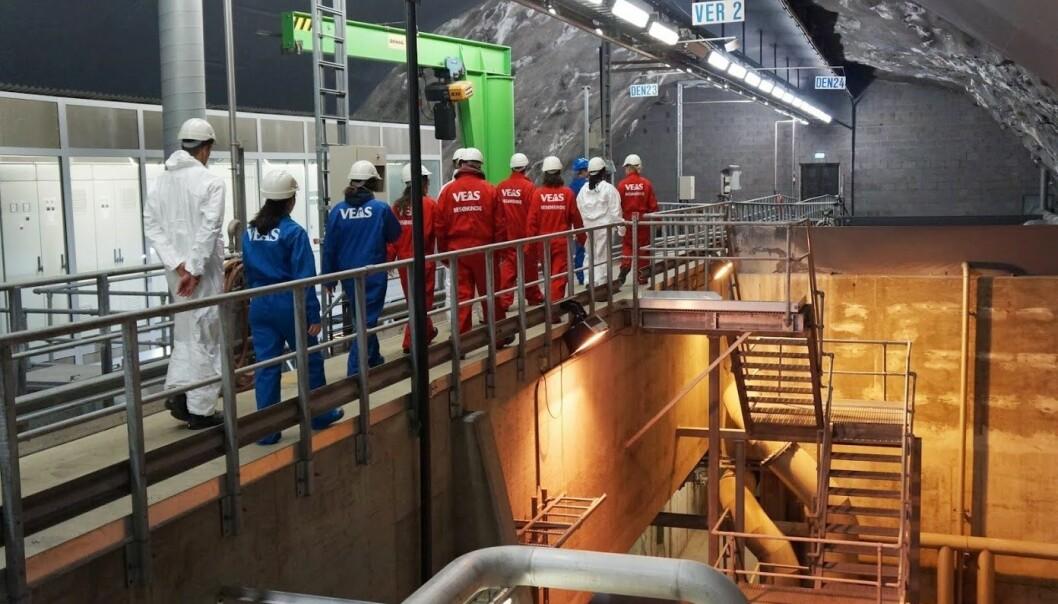 Norsk institutt for vannforskning er på besøk ved VEAS renseanlegg for å ta prøver av avløpsvannet før det renses. (Foto: NIVA)