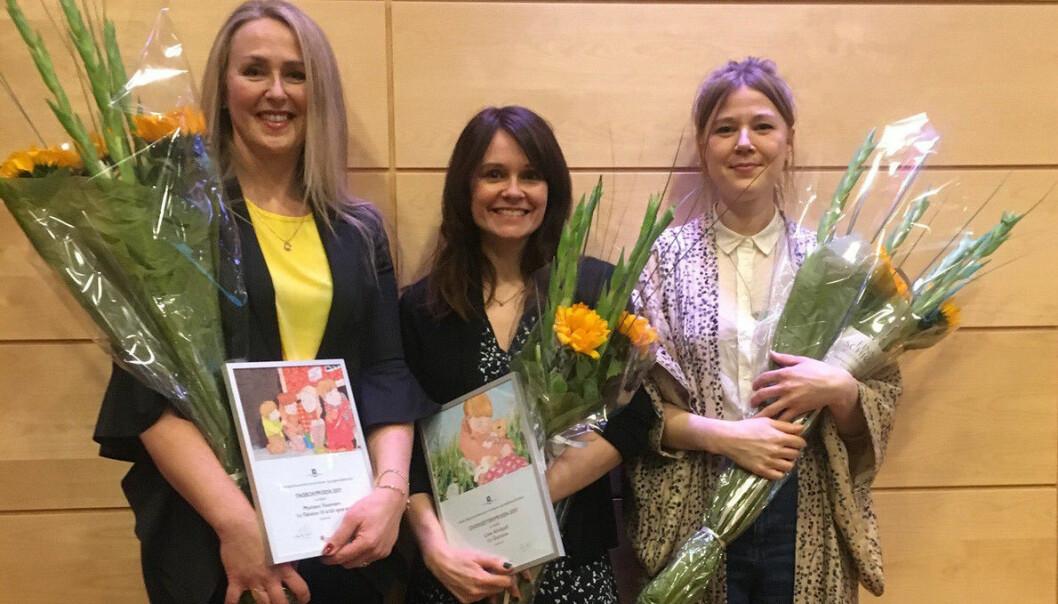 Mariann Youmans fikk prisen for beste fagbok for ungdom med boken Følelser til å bli sprø av. Her med Line Almhjell, vinner av oversetterprisen og Mari Kanstad Johnsen, vinner av bildebokprisen. (Foto: Gyldendal forlag)