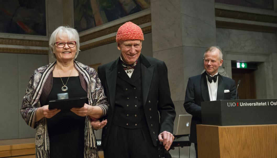 Professor emerita og hjerneforsker Riitta Hari fikk Olav Thons internasjonale forskningspris for 2018 for sin omfattende kartlegging av sanseinntrykk og timing i hjernen. Ole Petter Ottersen til høyre.  (Foto: Katrine Lunke)