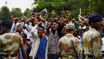 Konflikter som handler om etnisitet er et sensitivt tema i Etiopia og blir ofte tonet ned eller tiet i hjel i avisene. Oromo er en etnisk gruppe som føler de har blitt oversett og undertrykt av myndighetene. I 2016 sto de bak omfattende demonstrasjoner. Hundrevis ble drept. Folk i byen Bishoftu krysset armene over hodet som et tegn på protest under en religiøs feiring. (Foto: Tiksa Negeri/Reuters)