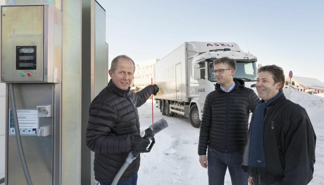 Snart skal nullutslipps-tvillinger av tungbilen i bakgrunnen fylle grønt hydrogen her, hos grossistselskapet ASKO i Trondheim. Samarbeidspartnerne Jørn Arvid Endresen (ASKO Midt-Norge) (til venstre), Anders Ødegård og Steffen Møller-Holst (begge fra SINTEF) gleder seg til det. (Foto: Thor Nielsen / Sintef)