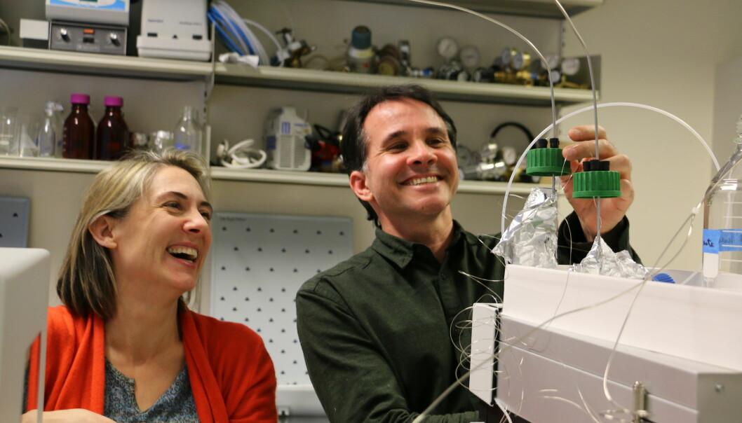 Anne Hope Jahren og hennes mangeårige samarbeidspartner Bill Hagopian gleder seg over å kunne boltre seg med spenstig forskning i sin splitter nye lab på UiO. (Foto: Gunhild M. Haugnes)