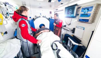 Maren Ranhoff Hov i den spesialbygde ambulansen hvor deler av forskningen hennes foregikk. Pasienter med symptomer på hjerneslag fikk CT-scanning i ambulansen. Vanligvis må pasienter til sykehus for å få diagnose.  (Foto: Kyle Meyr)