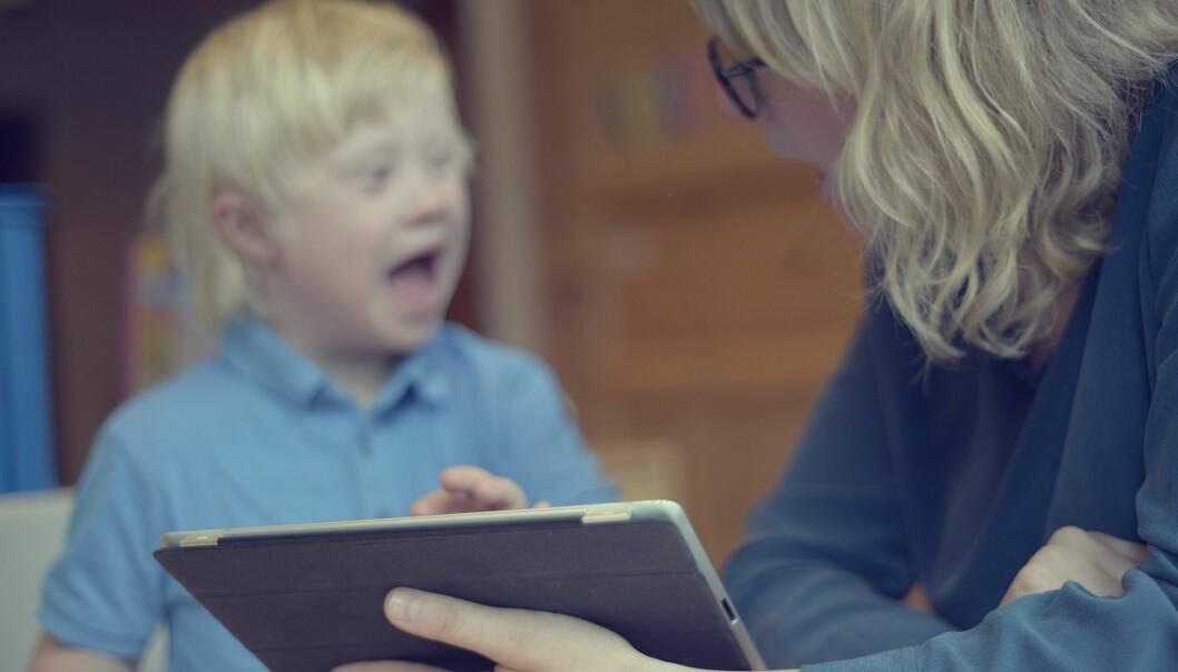 Barn som mangler talespråk kan fortsatt kommunisere med andre barn. For eksempel kan de bruke nettbrett eller tegn. Da er det viktig at disse hjelpemidlene er tilpasset det miljøet de er i, enten det er i svømmehallen eller på skolen. (Foto: Shane Colvin/UiO)