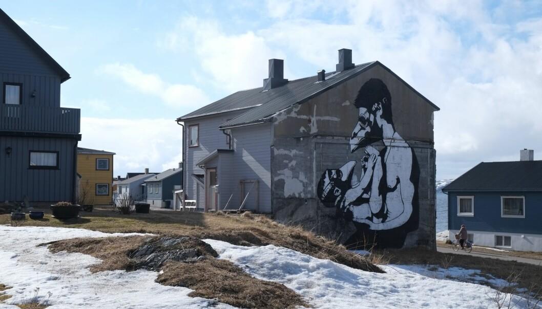 «Far og sønn» av gatekunstneren Pøbel. Pøbel og elleve andre verdensledende gatekunstnere ble invitert til Vardø i 2012 for å sette sitt preg på Norges østligste by.  (Foto: Siv Leden / NIKU)
