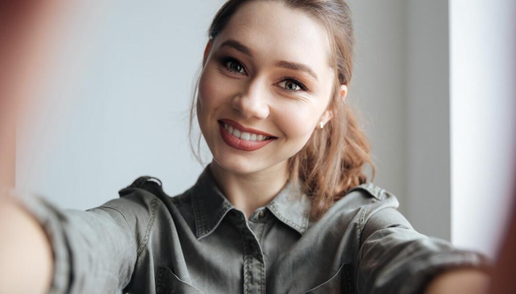 Selfier er blitt noe folk verden rundt tar over alt. Men hvorfor gjør vi det? Noen vil sikkert svare at vi tar så mange selfier og deler dem på sosiale medier, fordi det er blitt teknisk mulig å gjøre det. Psykologi-forskere tror det ligger andre forklaringer bak.  (Illustrasjonsfoto: Dean Drobot / Shutterstock / NTB scanpix)