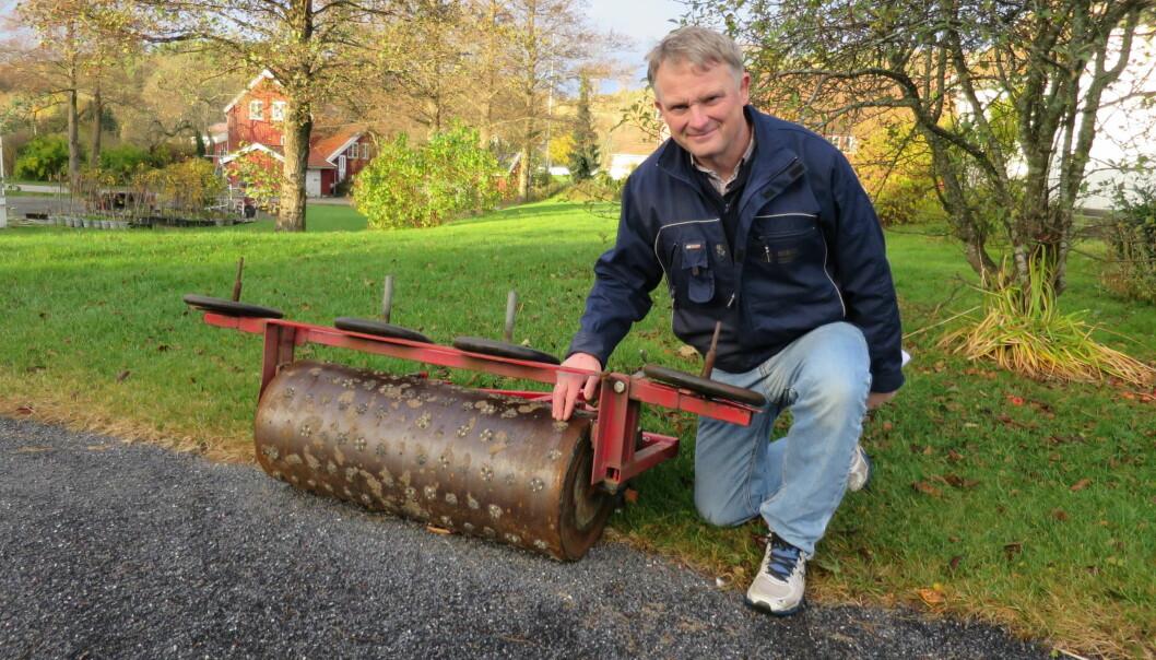 Golfforskningen i Grimstad må utføres under så realistiske forhold som mulig. Seniorforsker Trygve S. Aamlid ved NIBIO viser fram maskinen som brukes for etterligne slitasjen fra 20 000 golfrunder i året. (Foto: Marit Solum)