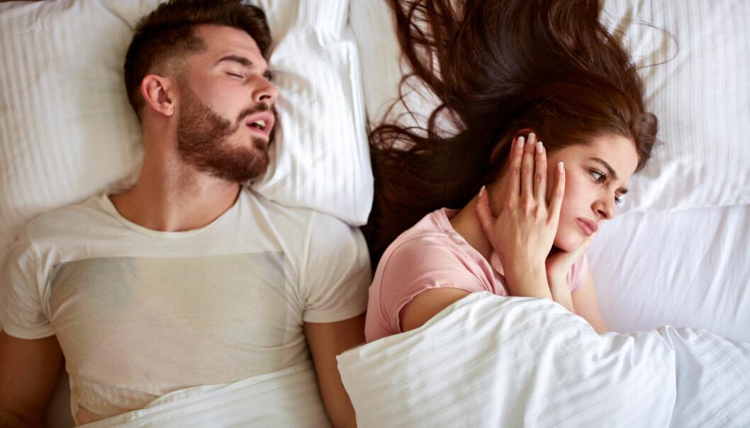 Mannlige kjønnshormoner, for eksempel testosteron, bærer skylden for at menn er mer høylytte enn kvinner når de besøker drømmeland.  (Foto: Lucky Business / Shutterstock / NTB scanpix)