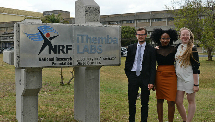 Vetle Wegner Ingeberg, Teffo Seakamela (iThemba/Stellenbosch) og Hannah Berg studerer edelgasser ved iThemba LABS. iThemba er xhosa for «håp». (Foto: Hilde Lynnebakken/UiO)