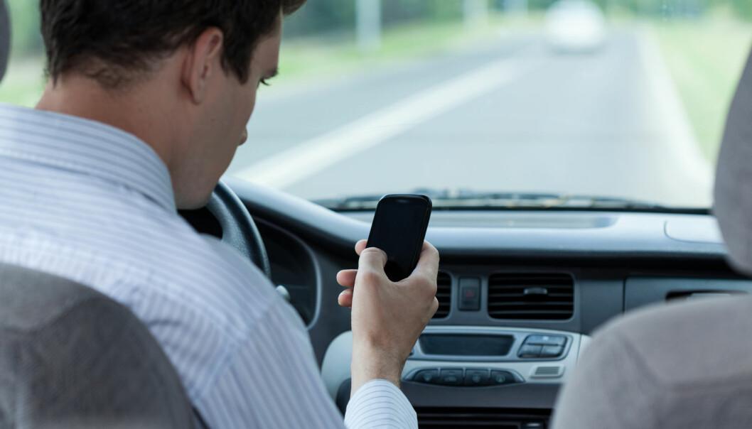 Hvis du holder på å kjøre av veien fordi du svarer på en sms, betyr det at du har lært? Nei, ifølge forsker. (Foto: Shutterstock / NTB Scanpix)