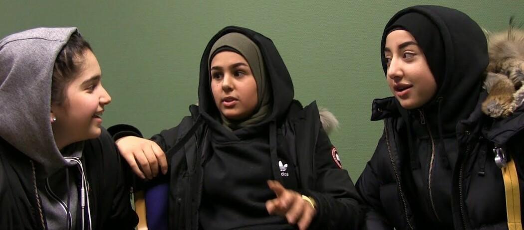 Dette er Lubna Mahnoor, Zahra Ayad og Zahra Raad. De ble intervjuet i videoen som er mest sett på UNG.forskning.no.