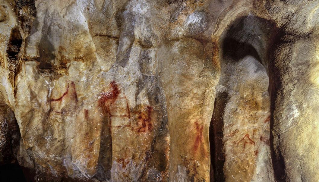 Et av maleriene, den som ser ut som en rød stige, kan være laget av neandertalere. Dette er La Pasiega-hulen i Spania.  (Foto: P. Saura)