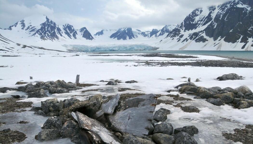 - Nå ser vi at de viktige kystlinjene blir utsatt for stigende havnivå og lengre isfrie perioder. Dette gjør de arkeologiske lagene mer utsatt for bølger, vind og vær, sier forsker. (Foto: Elin Rose Myrvoll / NIKU)