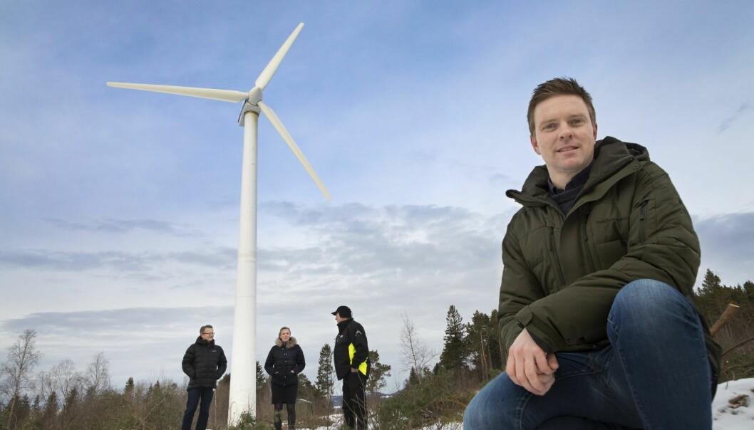 Fersk og lagret kraft herfra skal gjøre to gårdsbruk selvforsynt med strøm. SINTEFs Kyrre Sundseth (foran), Bernhard Kvaal og Gøril Forbord, Trønderenergi og gårdbruker Lars Hoem deltar i prosjekt der overskudd av vind skal lagres som hydrogen. (Foto: Thor Nielsen)
