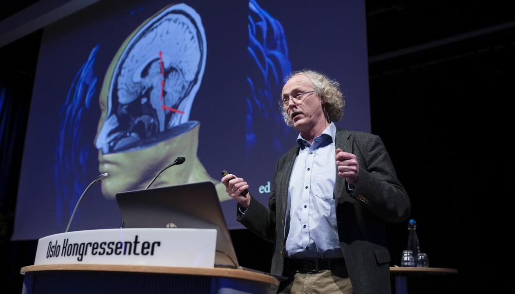 Synapsene i hjernen kan endres hele tiden, de er dynamiske. De blir mer effektive ved trening og læring. - Derfor er opptrening etter hjerneslag avgjørende for å gjenvinne førlighet, sa hjerneforsker Espen Dietrichs på et foredrag i regi av LHL. (Foto: Christopher Olssøn/LHL)