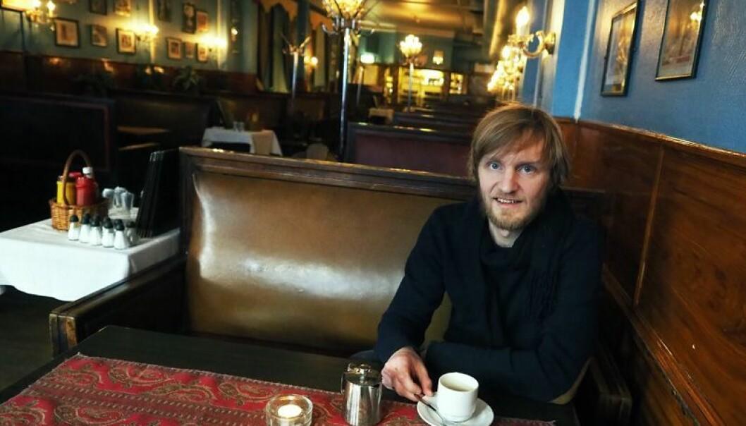 Øystein Rudningen Skjælaaen har blitt vant til brune omgivelser i arbeidet med doktoravhandlingen om morgendrikkerne. (Foto: Ola Sæther)