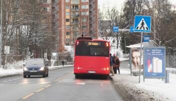 Skal bussen stoppe midt i veien? Mange steder lages nå det som kalles kantstopp.  (Foto: Lise Åserud/NTB scanpix)