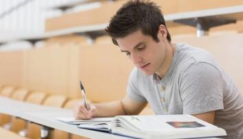 Gjennomsnittsstudenten jobber 35 timer i uka med studiene. Han har annen jobb nesten 8 timer hver uke. Det blir 43 timer i uka. Den gjennomsnittlige heltidsarbeideren i Norge jobber fire timer mindre.  (Illustrasjonsfoto: ESB Professional / Shutterstock / NTB scanpix)