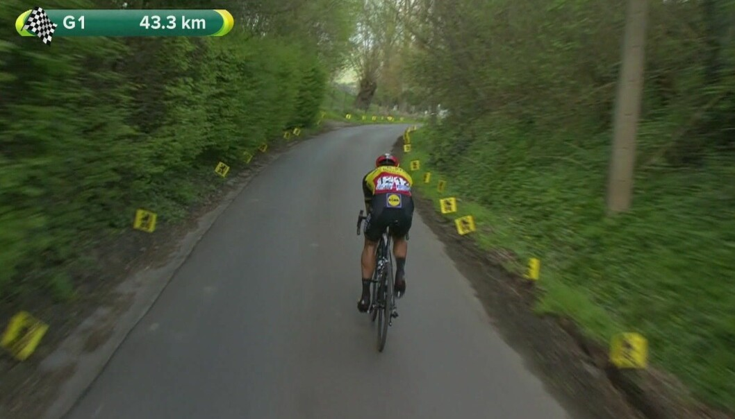 Omgitt av bladfylte trær har Philippe Gilbert rykket fra resten av feltet i 2017-utgaven av Flandern rundt. Belgieren holdt unna helt til mål og vant, 29 sekunder foran landsmannen Greg Van Avermaet. (Foto: Flanders Classics)