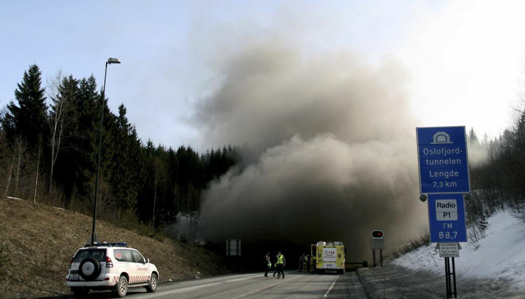 I mars 2011 begynte en polsk lastebil med papirmasse å brenne i Oslofjordtunnelen. Mange bilister som var inne i tunnelen ble sittende alt for lenge og vente på hjelp fra andre, før de selv tok seg ut. Det samme skjedde under en stor brann i Gudvangatunnelen på Vestlandet i 2013. Tett røyk var det største problemet begge gangene.  (Foto: Per E. KNudsen / Røyken og Hurums Avis / Scanpix)